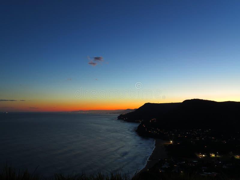 Linea costiera scenica da crepuscolo fotografia stock libera da diritti