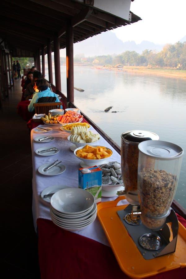 Linea del buffet della prima colazione immagini stock libere da diritti