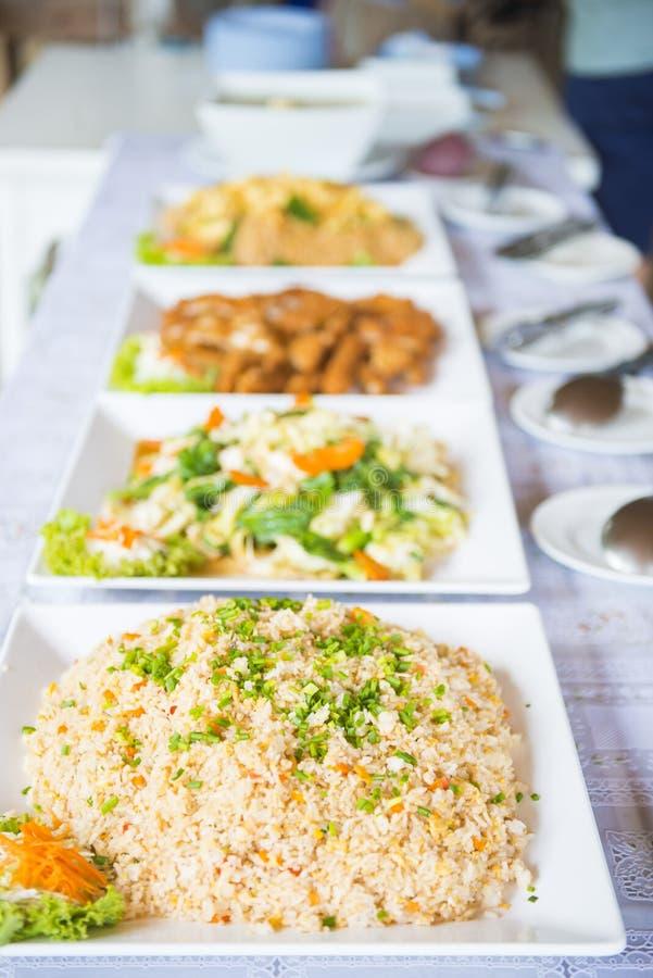 Linea del buffet per pranzo in ristorante immagine stock
