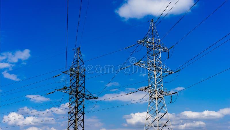 Linea del cavo di due piloni di elettricità fotografia stock libera da diritti