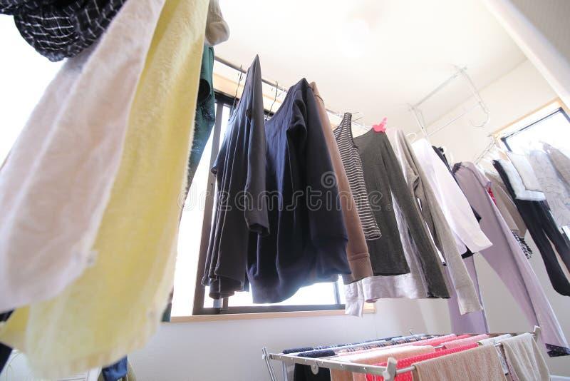 Linea dell'interno attaccatura di lavaggio della lavanderia dei vestiti fotografia stock libera da diritti