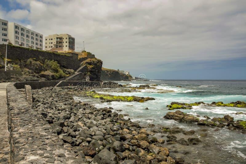 Linea della costa di Bajamar Spuma e grandi pietre rotonde Isole Canarie, Tenerife, Spagna fotografia stock