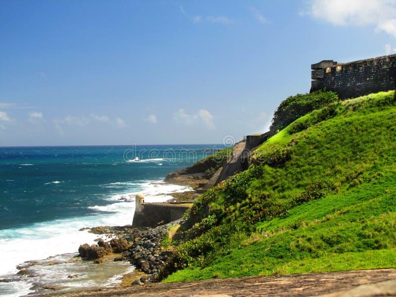 Linea della costa di Castillo San Cristobal un giorno soleggiato immagine stock