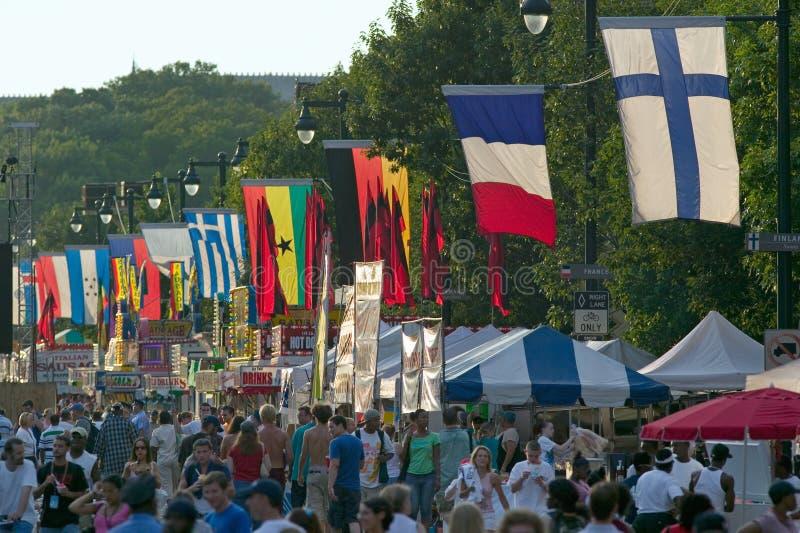 Linea di bandiere internazionale vasta via durante il concerto di Live 8 in Filadelfia, Pensilvania fotografie stock libere da diritti
