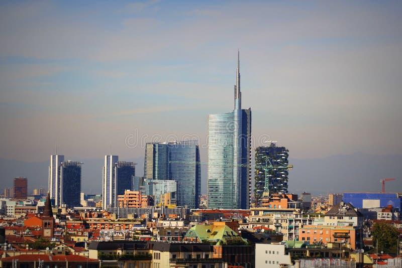 Linea di collegamento Milano con grattacieli moderni nel distretto commerciale di Porto nuovo, Italia Panorama della città di Mil fotografie stock libere da diritti
