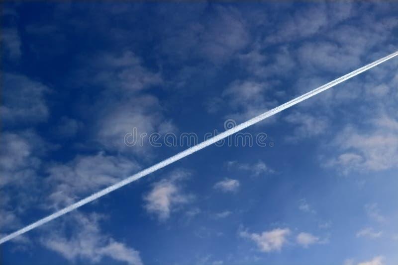 Linea di condensazione dagli aerei dello scarico del motore fotografia stock