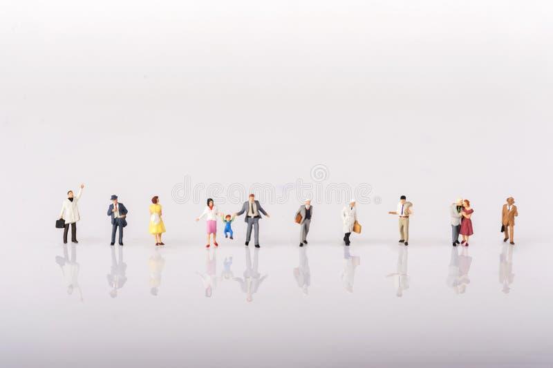 Linea di diversa gente di modello miniatura minuscola immagini stock libere da diritti