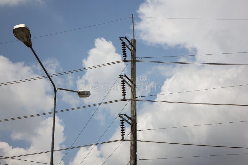 Linea di Eletricity del primo piano e posta di elettricità immagine stock