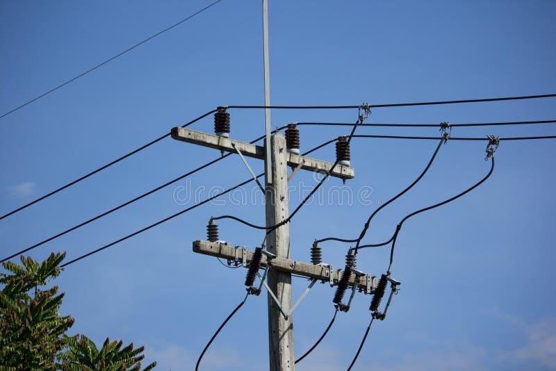 Linea di Eletricity del primo piano nel fondo del cielo blu fotografia stock