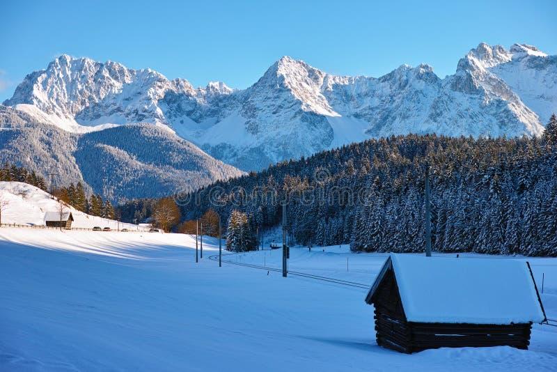Linea di ferrovia nel paesaggio alpino di inverno immagini stock libere da diritti