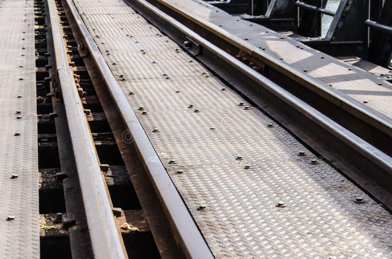Linea di ferrovia nel ponte del fiume Kwai in Tailandia fotografia stock libera da diritti