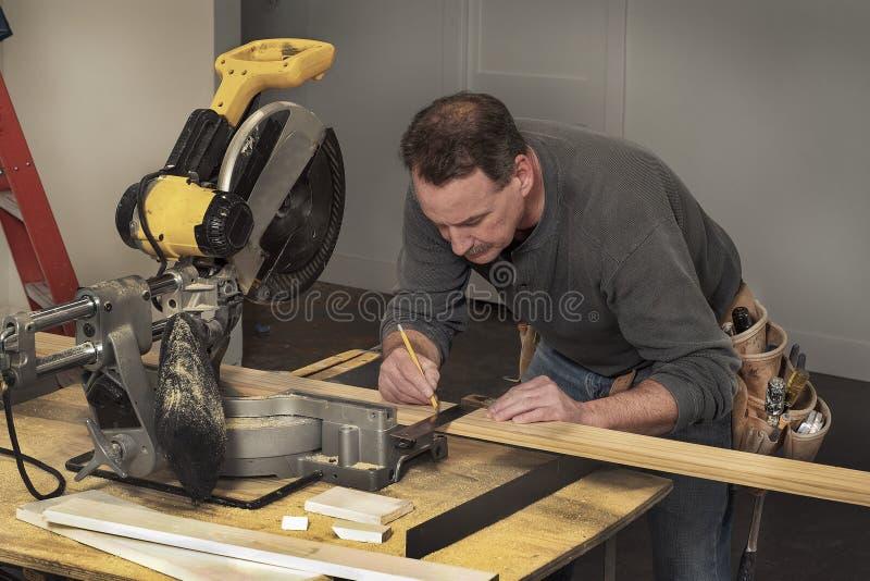 Linea di marcatura del carpentiere su pannelli di legno durante il progetto di costruzione del rimodellamento domestico fotografie stock