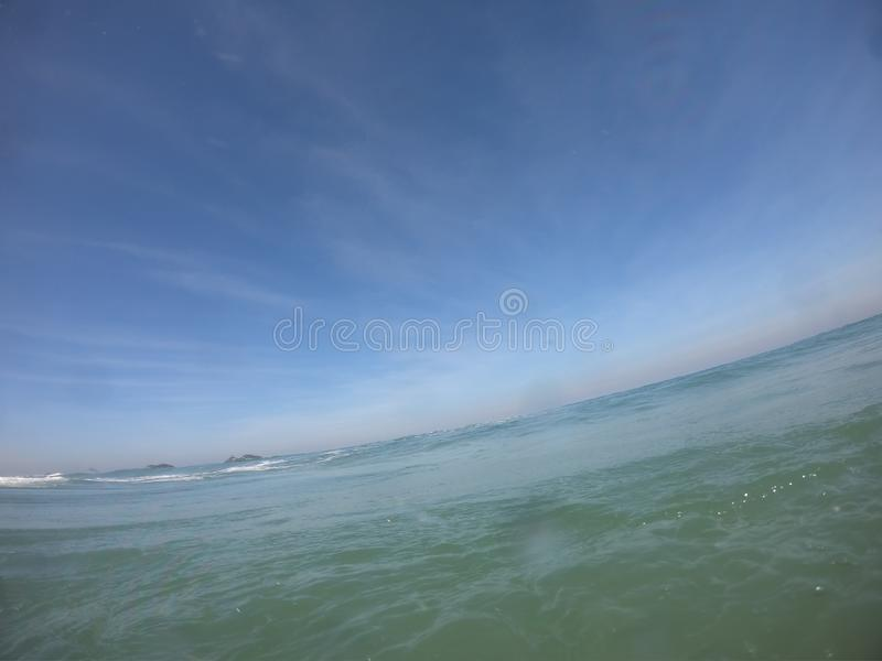 Linea di orizzonte in un giorno soleggiato in spiaggia di Barra da Tijuca - Rio de Janeiro Brazil fotografie stock