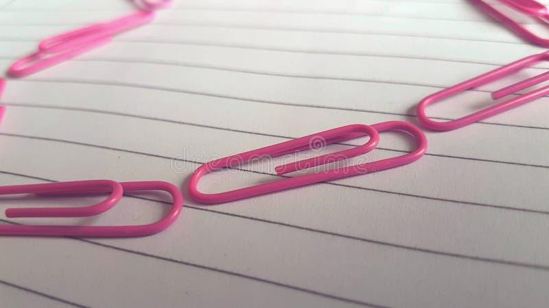 Linea di paperclips rosa fotografia stock libera da diritti