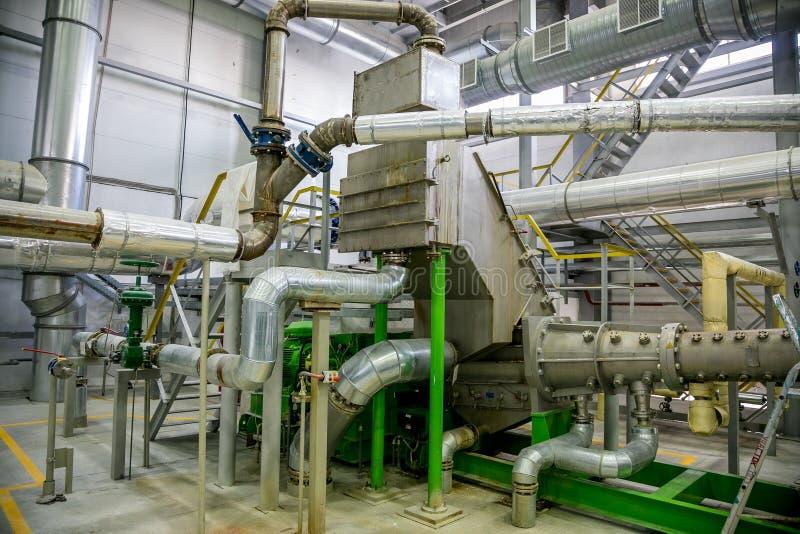 Linea di produzione chimica moderna interna della fabbrica Attrezzature industriali, cavi, tini e conduttura fotografie stock