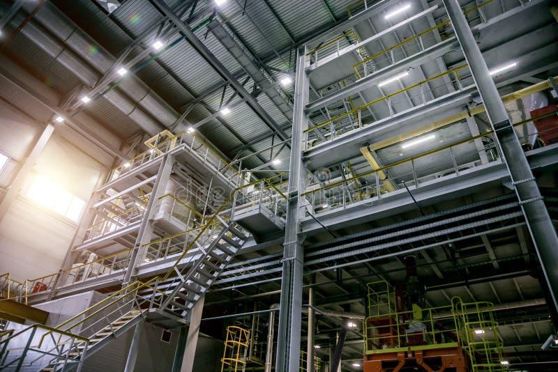 Linea di produzione chimica moderna interna della fabbrica Attrezzature industriali, cavi, tini e conduttura immagine stock