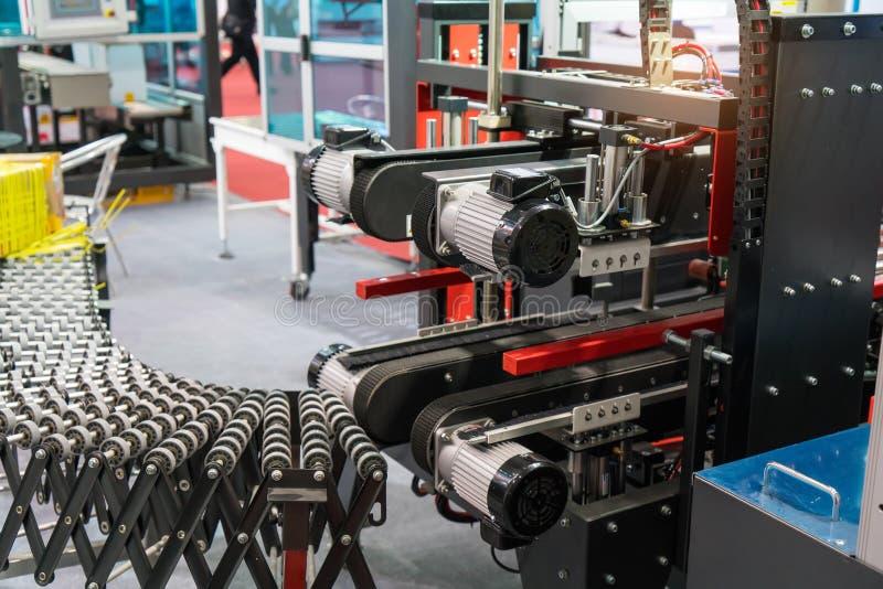 linea di produzione con il nastro trasportatore automatico fotografia stock