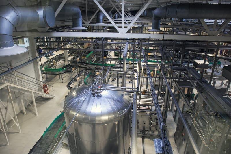 Linea di produzione della fabbrica di birra, serbatoi di acciaio o tini per fermentazione e fabbricazione della birra, condutture immagine stock