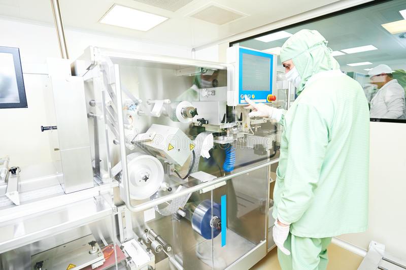 Linea di produzione di funzionamento dell'imballaggio del lavoratore trasportatore della macchina immagini stock