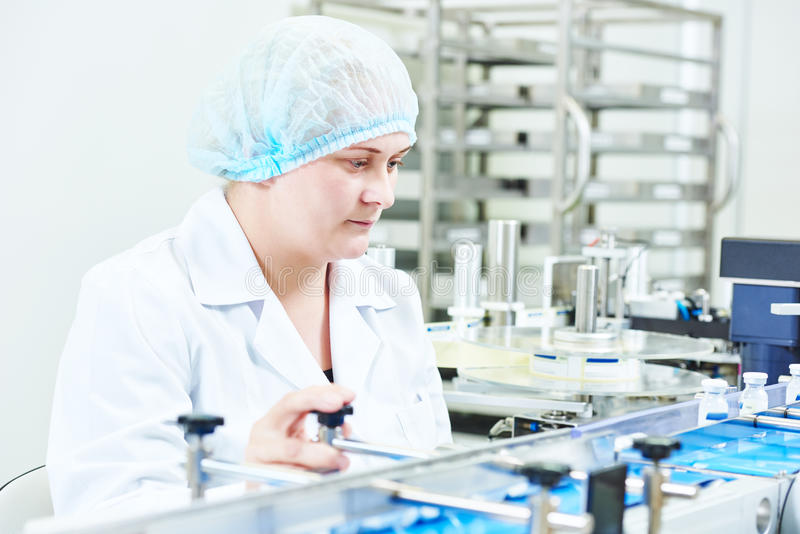 Linea di produzione di funzionamento della lavoratrice della fabbrica fotografie stock libere da diritti