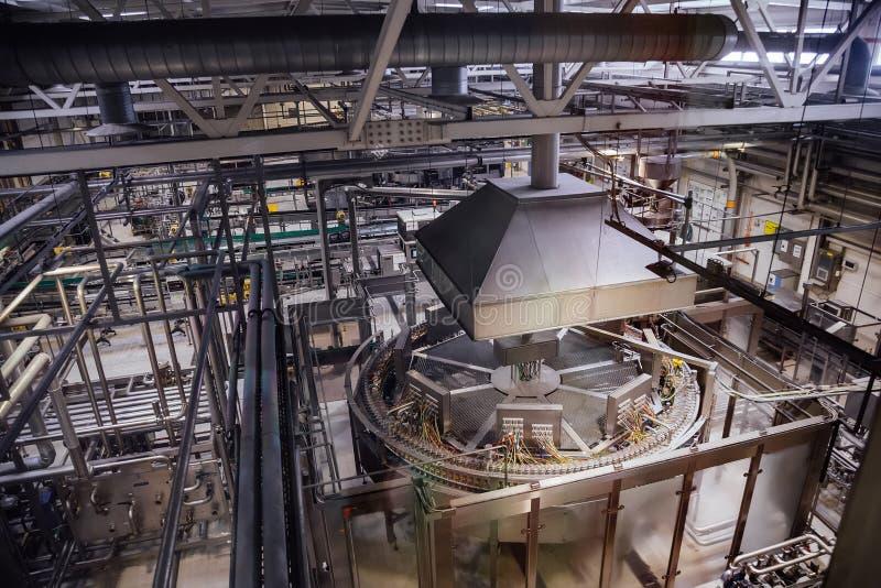 Linea di produzione moderna della fabbrica di birra fotografia stock