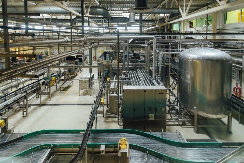Linea di produzione moderna della fabbrica di birra Grande tino per fermentazione e maturazione della birra, condutture e sistema immagine stock libera da diritti