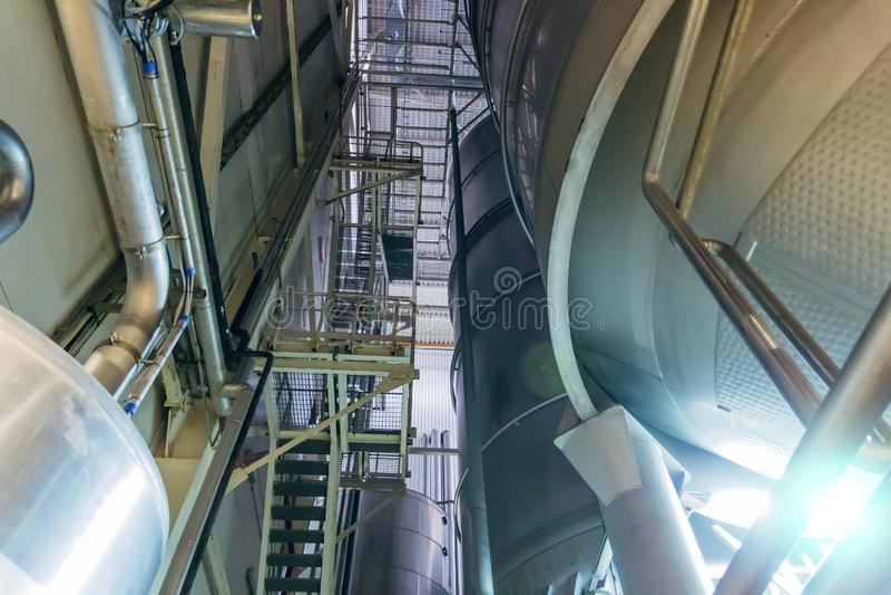 Linea di produzione moderna della fabbrica di birra Grandi tini per fermentazione e maturazione della birra Vista dal basso fotografia stock libera da diritti