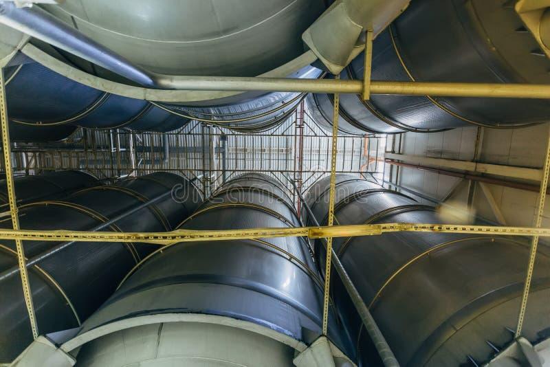 Linea di produzione moderna della fabbrica di birra Grandi tini per fermentazione e maturazione della birra Vista dal basso fotografie stock