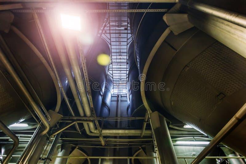 Linea di produzione moderna della fabbrica di birra Grandi tini per fermentazione e maturazione della birra Vista dal basso fotografia stock