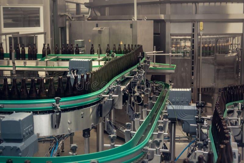 linea di riempimento per birra in bottiglie alla fabbrica di birra fotografia stock libera da diritti