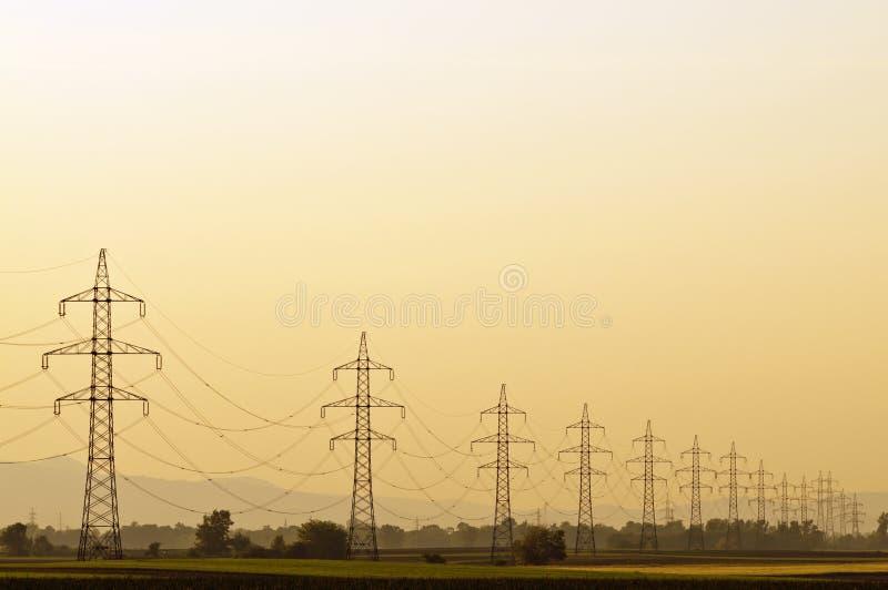 Linea di trasmissione al tramonto fotografia stock