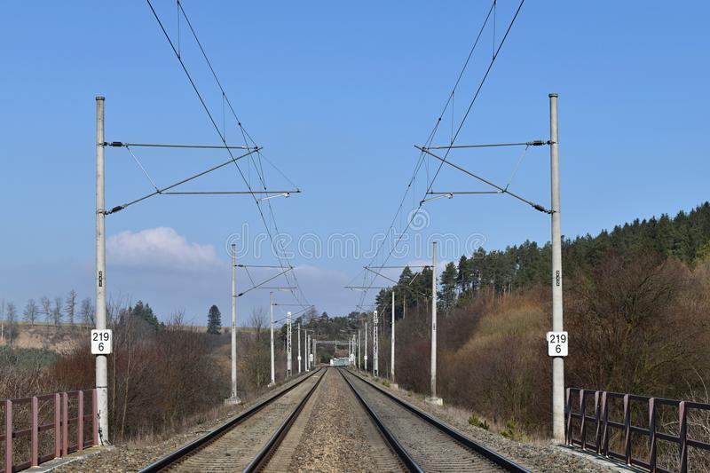 Linea elettrica della trazione corridoio della ferrovia Binari ferroviari fotografia stock