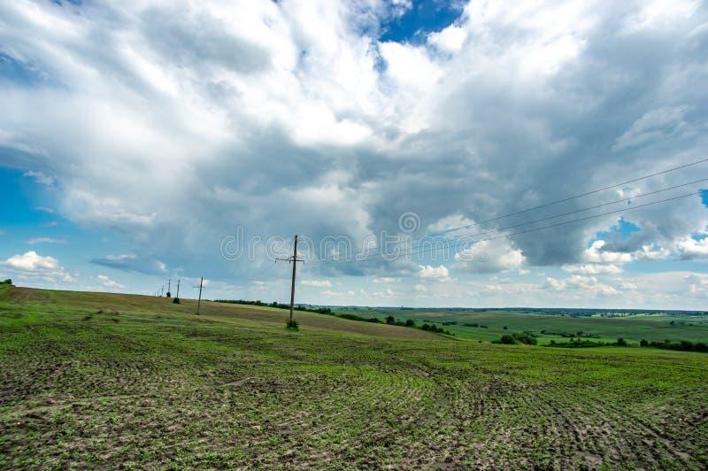 Linea elettrica in un campo verde fotografie stock libere da diritti