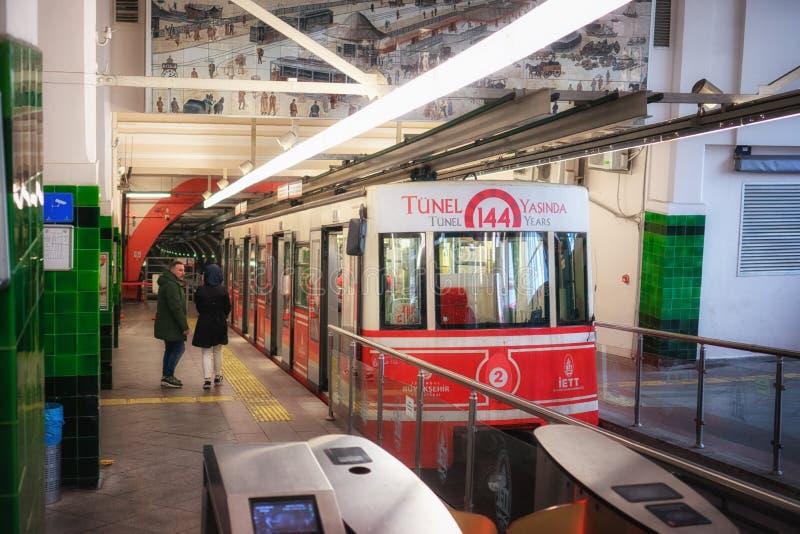 Linea funicolare sotterranea storica di Tunel alla stazione fotografie stock