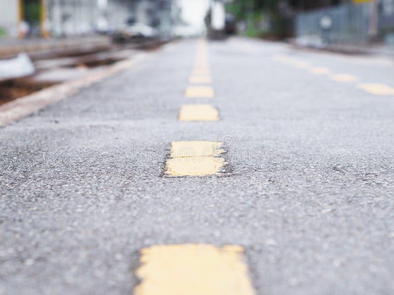 Linea gialla di prospettiva sulla superficie della via dell'asfalto immagine stock libera da diritti