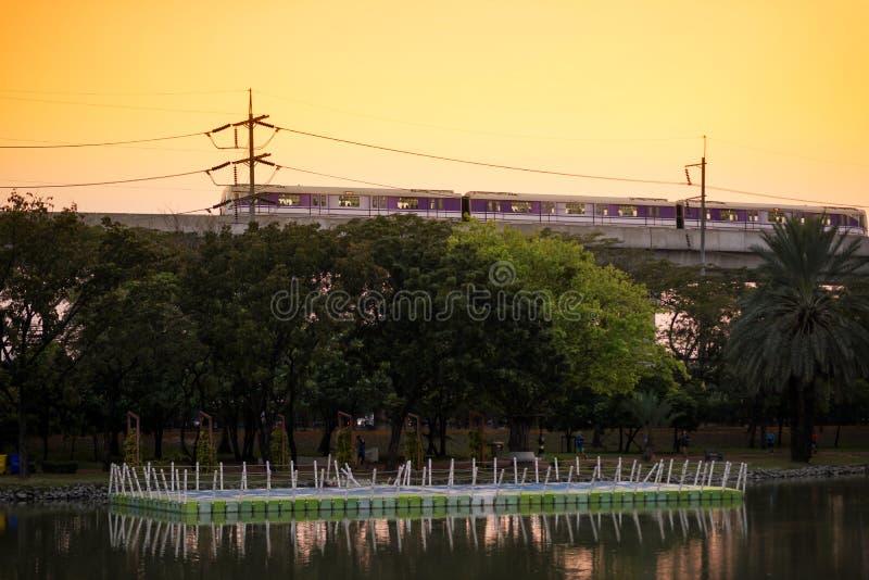 Linea porpora skytrain di MRT al tramonto fotografia stock