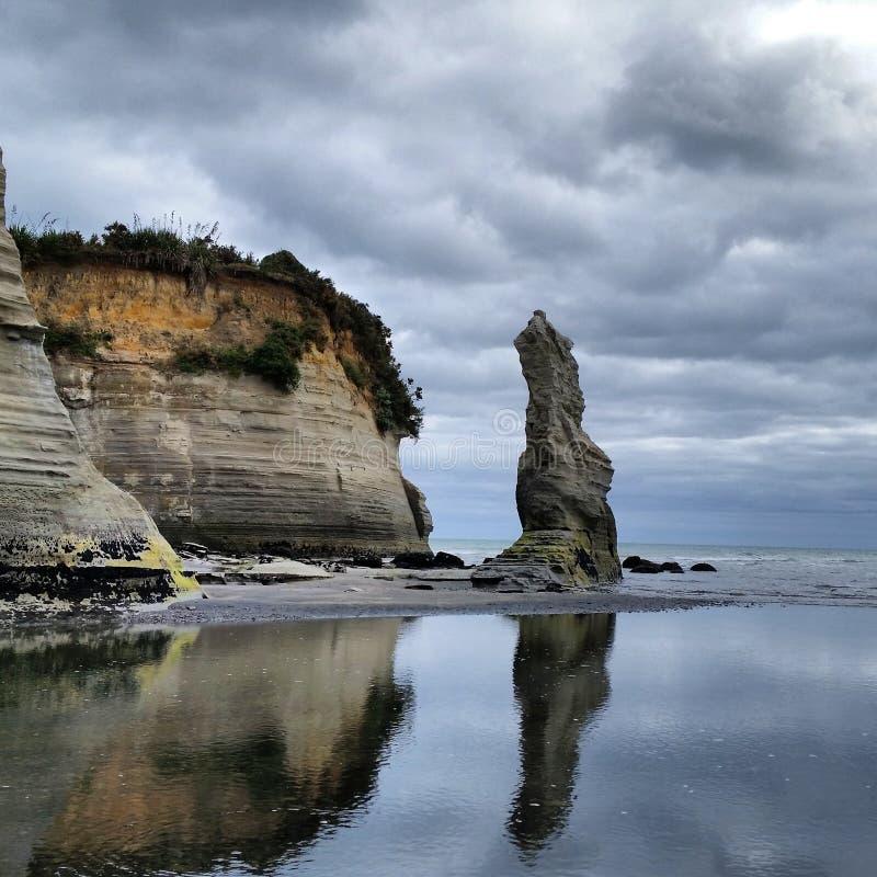 Linea scogliere della costa di Taranaki di formazione rocciosa fotografie stock