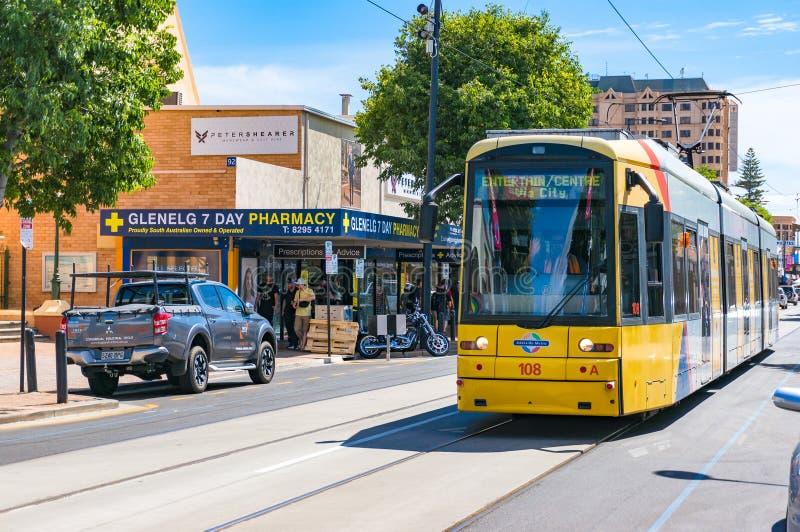 Linea tranviaria gialla luminosa sul quadrato di Moseley Glenelg, Australia fotografia stock