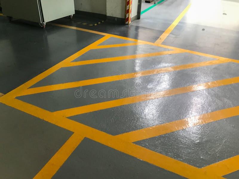 Linea trasversale gialla nella fabbrica immagine stock libera da diritti