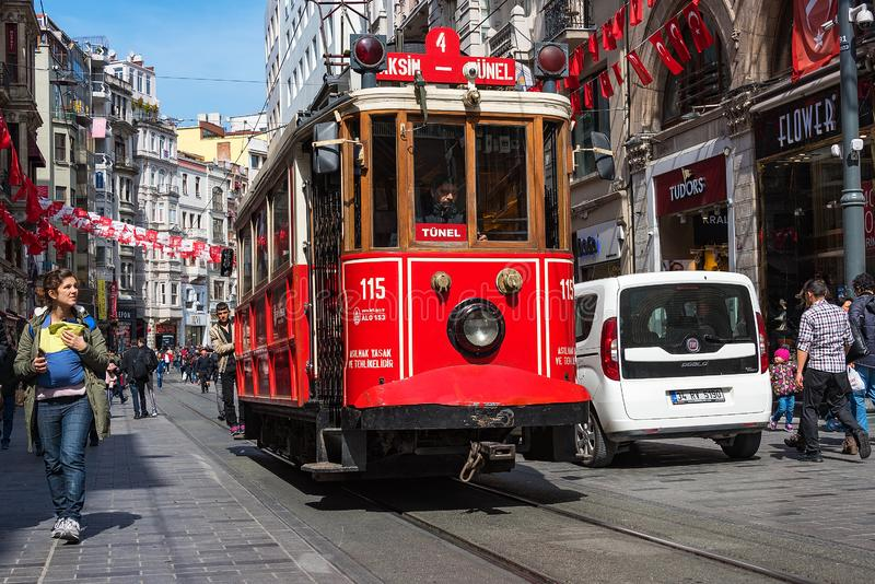 Linea turistica famosa di Costantinopoli Tram rosso Taksim-Tunel immagini stock