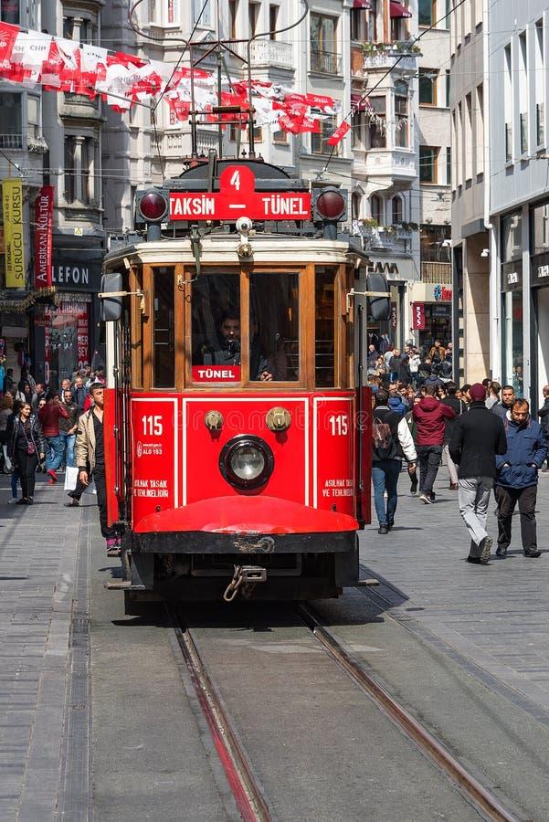 Linea turistica famosa di Costantinopoli Tram rosso Taksim-Tunel fotografie stock libere da diritti