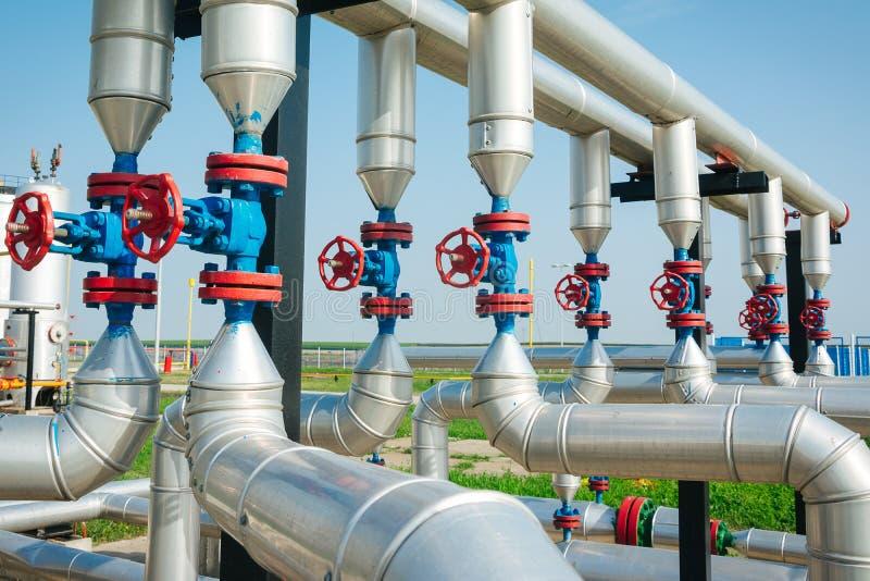Linea valvole del tubo del gas e del petrolio fotografia stock
