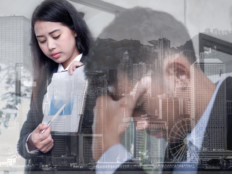 Lineaire Vlakke Bedrijfsdiemensen over het verlies worden teleurgesteld Grafisch op monitor die neer vallen Bedrijfsdalingsconcep stock afbeeldingen