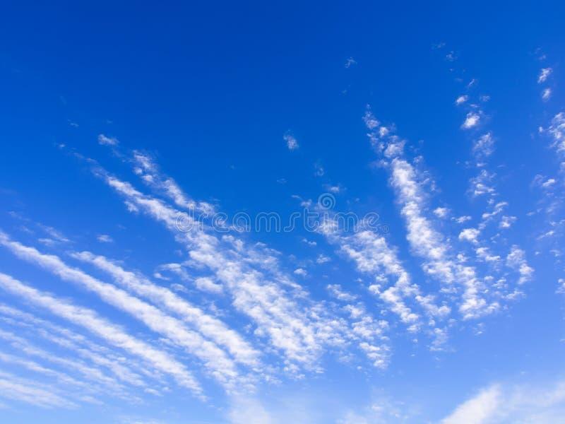 Lineaire wolken in de blauwe brede hemel royalty-vrije stock afbeelding