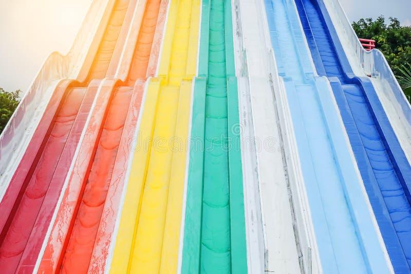 Linearny kolorowy pasiasty wodny suwak w wodnym parku zdjęcie stock