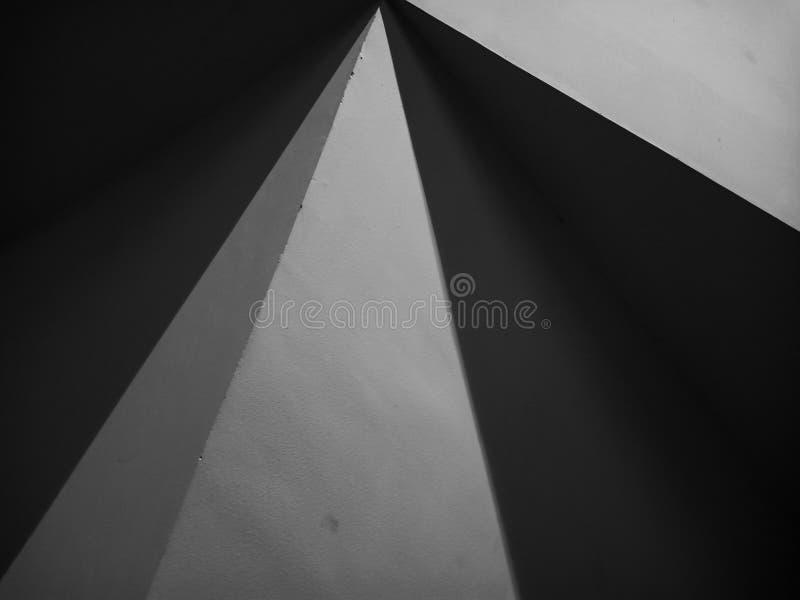 Linee astratte e triangoli, luci e ombre, feature architettonica immagini stock libere da diritti