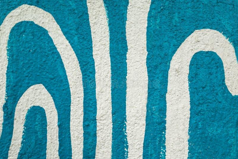 Linee bianche astratte variopinte sul fondo blu della parete Priorità bassa ondulata fotografie stock