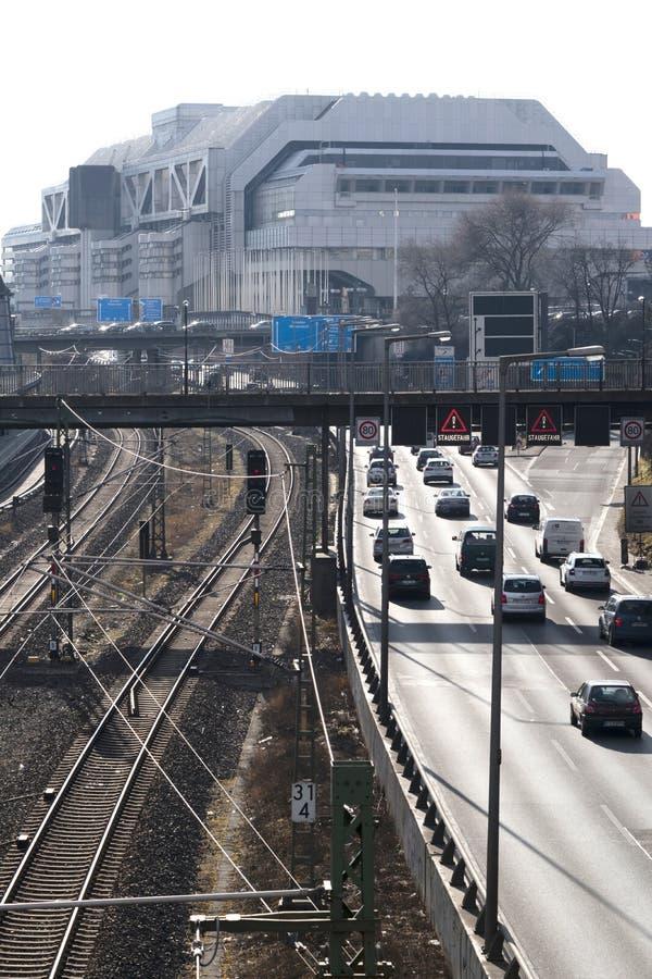 Linee della giunzione e di ferrovia della strada principale davanti al precedente centro congressi internazionale ICC Berlino immagine stock