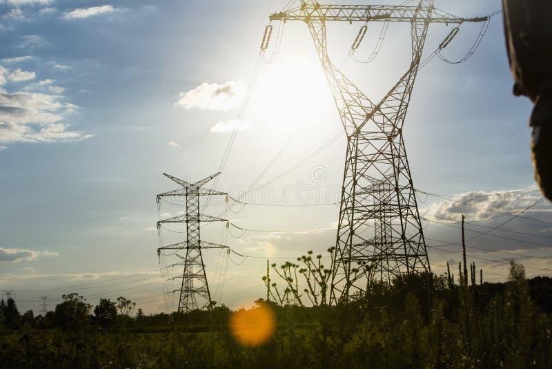 Linee di energia elettrica durante l'estate immagini stock libere da diritti