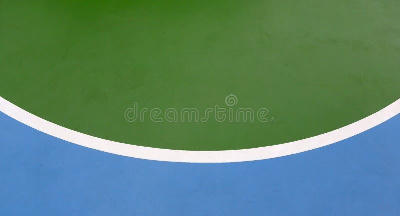 Linee di pallacanestro su una corte all'aperto fotografia stock
